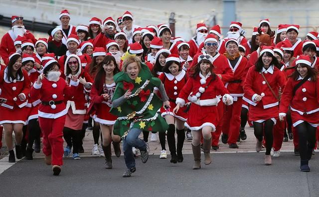 Gần 400 người tham gia vào một cuộc chạy bộ từ thiện ở Công viên Kasai Rinkai, Tokyo, Nhật Bản. (Nguồn: AP)