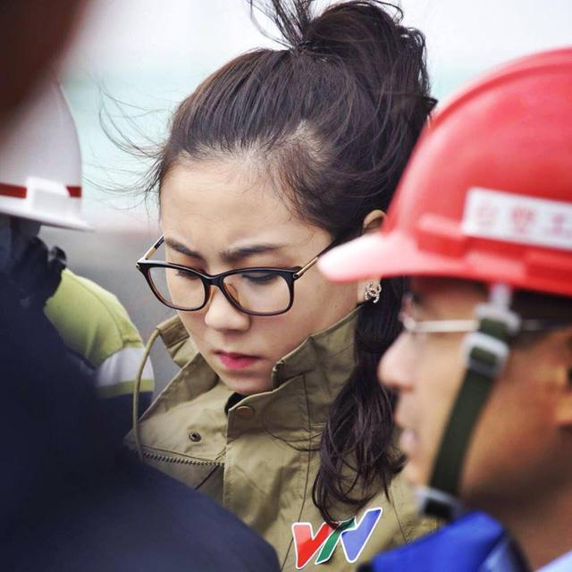MC Mai Ngọc tác nghiệp tại vùng bão Haiyan (Ảnh: FB nhân vật)