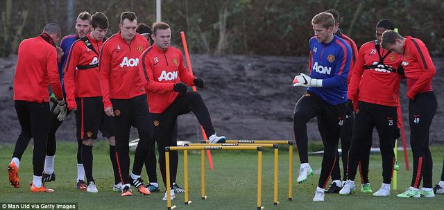Rooney và các đồng đội tập luyện cho trận derby nước Anh.