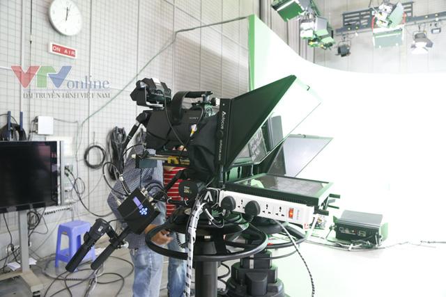 Chiếc máy quay tối tân phục vụ cho việc ghi hình trường quay ảo.