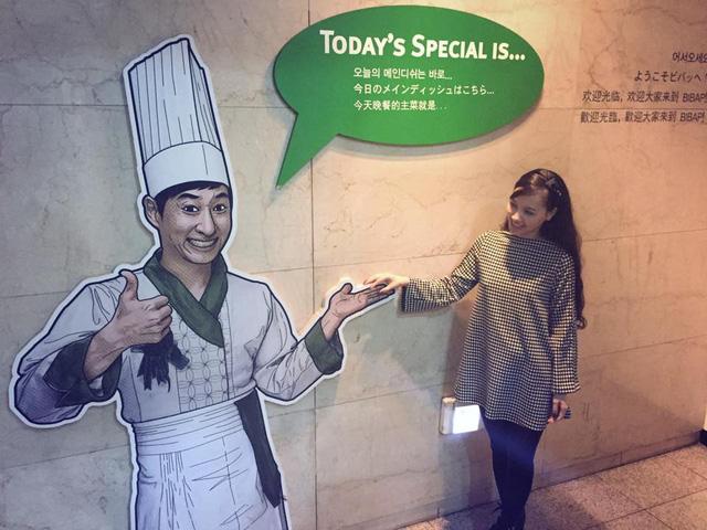 MC Minh Hà có trải nghiệm thú vị khi đi xem vở kịch Bibap - một vở kịch hiện đại nổi tiếng của Hàn Quốc. Nữ MC chia sẻ: Vở kịch là bản hoà tấu tài tình giữa nhiều bộ môn nghệ thuật cả cổ điển và hiện đại, như opera, beatbox, võ thuật, hài kịch, breakdance... Khán phòng chật kín chỗ, dù khán giả đến từ nhiều quốc gia nhưng xem kịch đều hiểu và bị cuốn hút suốt buổi diễn 90 phút với những tiếng cười vang lên không ngớt. Hà có may mắn được mời lên sân khấu diễn cùng các nghệ sĩ trong khoảng 5 phút và được tặng một món quà kỷ niệm. Đây là một trải nghiệm thú vị khó quên. Nhìn các nghệ sĩ áo ướt đẫm mồ hôi, nhưng nụ cười vẫn sáng bừng, Hà thấy trân trọng và cảm phục họ.