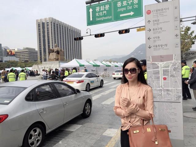 MC Minh Hà lưu lại khoảnh khắc tại những con đường tuyệt đẹp ở khu nhà Quốc hội và cung điện cổ. Sải bước ở đây mang tới cho nữ MC cảm giác như đang sống trong các bộ phim Hàn Quốc.