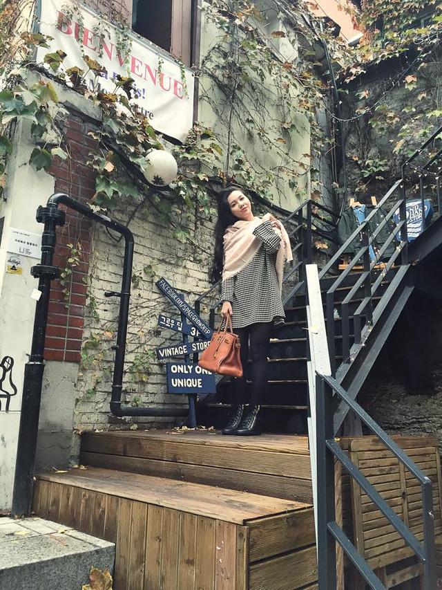 MC Minh Hà tạo dáng bên ngoài quán cafe ở Seoul. Nữ MC chia sẻ: Ấn tượng ở đây là mỗi quán đều được thiết kế tỉ mỉ tới từng chi tiết.