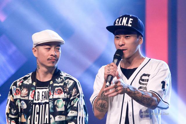 Đội trưởng Việt Max (trái)