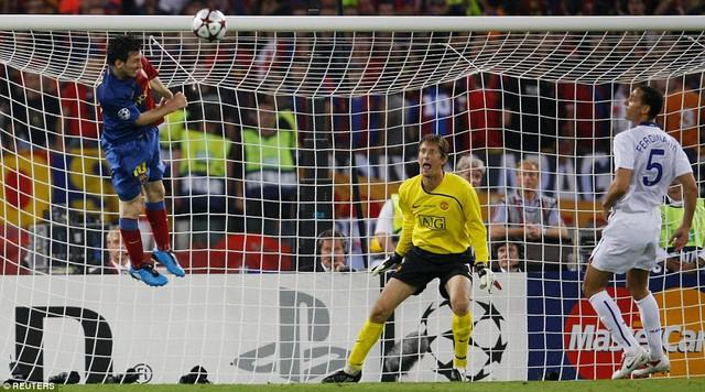 Messi bật cao ghi bàn vào lưới Man Utd ở chung kết Champions League 2009 ở Rome, Italy.