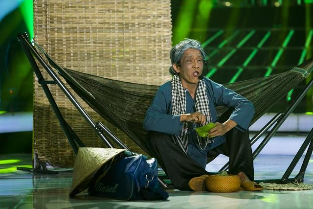 Minh Thuận trong tạo hình bà nội già yếu, khắc khổ với mái tóc bạc trắng, răng nhuộm đen
