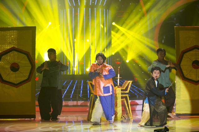 Thúy Uyên độn người, đóng vai bà Năm mập, biểu diễn cùng học trò Gia Bảo trong vai NSƯT Thành Lộc với ca khúc Lý thầy tư hài hước