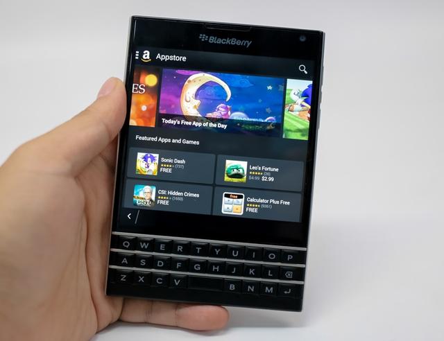 BlackBerry Passport được thiết kế vuông vức như một cuốn hộ chiếu
