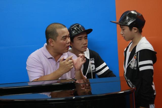 NS Minh Khang và ca sĩ Minh Thuận hướng dẫn tận tình cho Anh Duy khi hóa thân thành ca sĩ Đan Trường