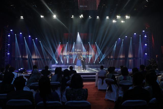 Ca sĩ Minh Thư và đạo diễn Việt Tú trao giải thưởng Sân khấu Ấn tượng cho chương trình như chưa hề có cuộc chia ly do Trung tâm THVN tại TP. HCM sản xuất