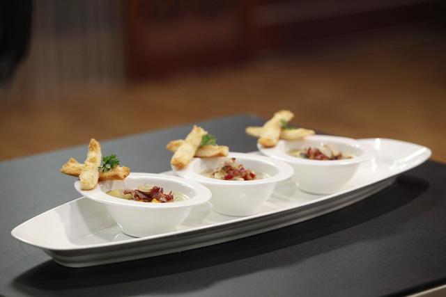món Súp nghêu (Clam Chouder Soup) với nguyên liệu khá quen thuộc, Lê Chi đã đem đến một món khai vị tuyệt vời với nước súp hòa quyện và tròn vị.
