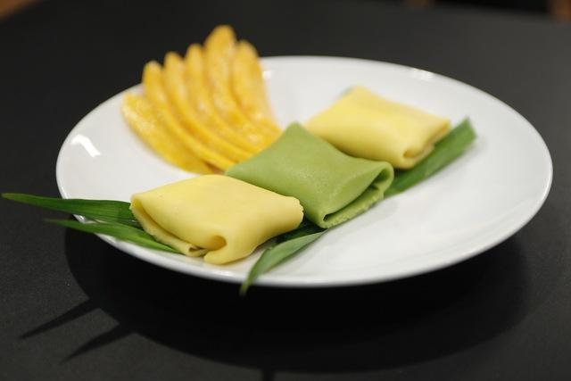Lê Chichọn cho mình một món ăn khá lạ mang phong cách fusion khi bánh crep nhân sầu riêng độc đáo.