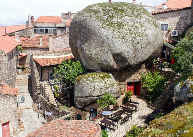 Monsanto được khéo léo xây dựng giữa những vách đá.