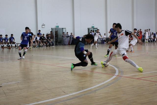 Một pha đối đầu với thủ môn đội bạn của cầu thủ Việt Nam (Ảnh: Anh Tú)