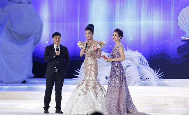 Nguyễn Trần Huyền My (ở giữa) - Người có trang phục dạ hội đẹp nhất