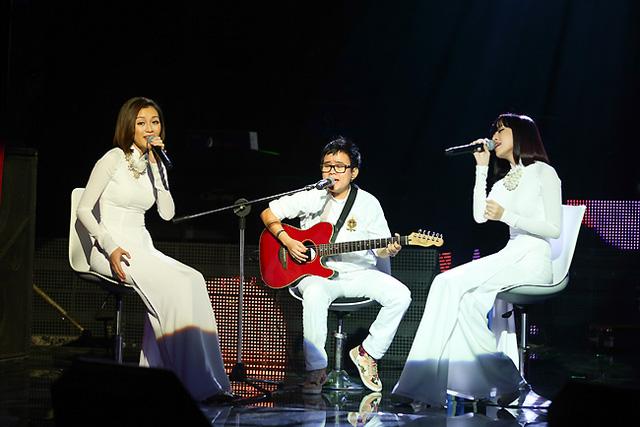 Nhạc sĩ Phương Uyên đệm đàn cho 2 cô gái của nhóm Bee T. Bee T đã thể hiện lại ca khúc Em trong mắt tôi của Nguyễn Đức Cường theo một phong cách mới.