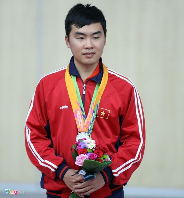 Nguyễn Hoàng Phương mang về cho Thể thao Việt Nam tấm huy chương bạc đầu tiên tại ASIAD 17 ở nội dung súng ngắn bắn chậm 50m.