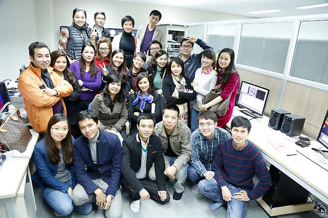 Nhà báo Lê Bình và các phóng viên của Trung tâm VTV24 chụp ảnh chung cùng Phó Tổng giám đốc Đài THVN Nguyễn Thị Thu Hiền. (Ảnh: Trần Quang Phát)