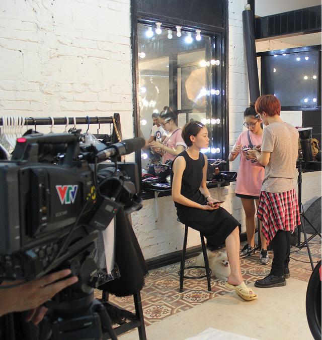 Thử thách của Nicky là phải trang điểm cho người mẫu cá tính Phương Anh - Top 5 Vietnams Next Top Models 2012.