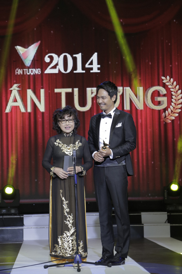Hạng mục trao giải đầu tiên trong Ấn tượng VTV 2014 là giải MC Ấn tượng. Hai vị khách mời NSUT Kim Tiến và MC Phan Anh là những người công bố giải thưởng này.