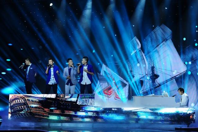 Bốn chàng trai nhómO Plus và GK Dương Khắc Linh lịch lãm trong phần thể hiện Niềm tin phía trước