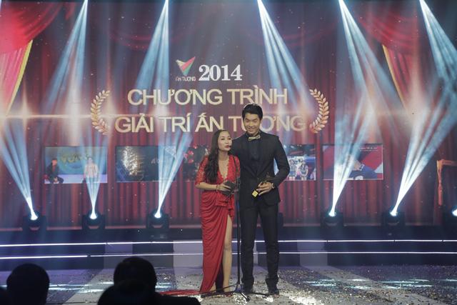MC Ốc Thanh Vân và siêu mẫu Trương Nam Thành trao giải Chương trình giải trí ấn tượng cho chương trình Bữa trưa vui vẻ