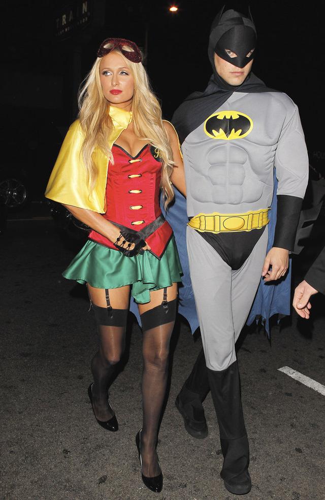 Trong khi đó, Paris Hilton lại cùng với River Viiperi kết hợp thành bộ đôi Batman và Robin