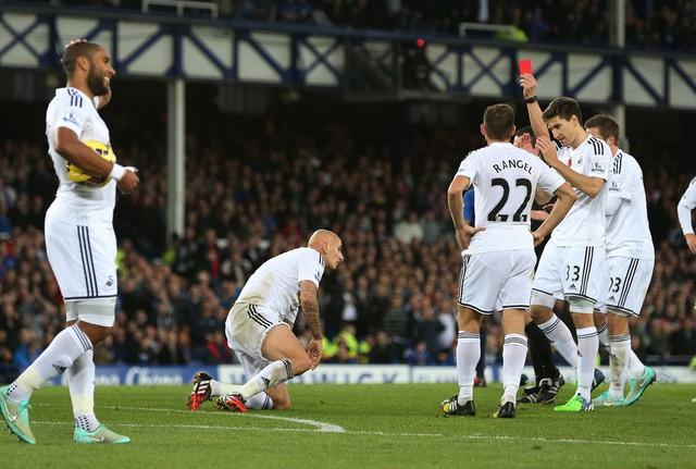 Trên sân Goodison Park, Swansea phải chơi với 10 người trong khoảng gần 20 phút sau khi Jonjo Shelvey nhận thẻ vàng thứ hai rời sân.