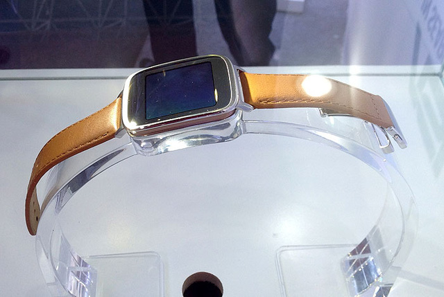 Chiếc điện thoại thông minh Zenwatch xuất hiện tại Hà Nội (Ảnh: VTVNews)