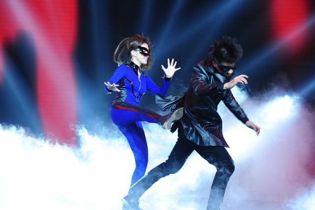 Đinh Hương chiến đấu trên sân khấu cùng Nhan Phúc Vinh