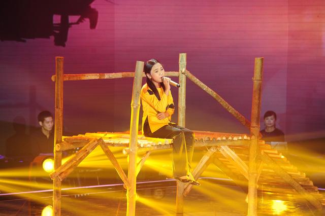 Trần Kayon Thiên Nhâm thể hiện ca khúc Sa mưa giông
