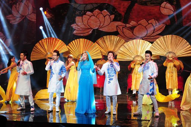 Uyên Nguyên hòa giọng ăn ý với nhóm nhạc Ayor - các thí sinh của Nhân tố bí ẩn 2014 -qua ca khúc Dáng em lụa là khép lạiđêm Liveshow đầu tiên của Cặp đôi hoàn hảo 2014