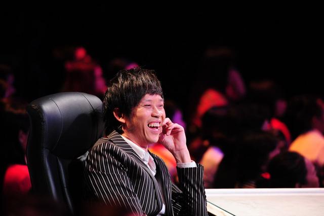 Giám khảo Hoài Linh không thể nhịn cười trước tạo hình vui nhộn của các trưởng phòng