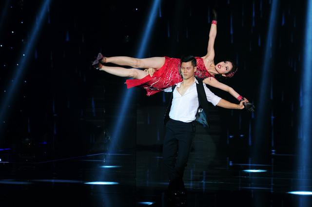 Cặp đôi Đức Tuấn - Jennifer Phạm kết hợp với nhau qua những bước khiêu vũ Tango tự tin và nhận được những lời đánh giá tích cực của Ban Giám khảo