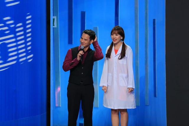 Hari Won cùng MC Xuân Bắc trước khi bước vào căn phòng thử thách