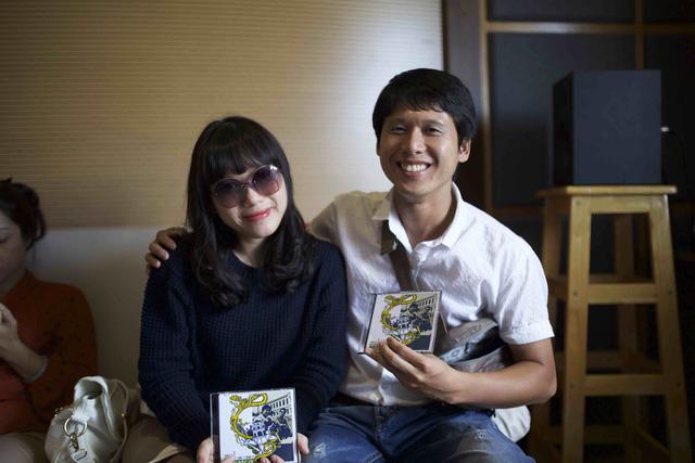 Thuỳ Chi chụp ảnh kỷ niệm cùng nhạc sĩ Nguyễn Duy Hùng - nhân vật của mini liveshow tháng 12.
