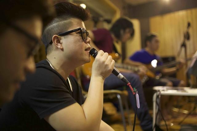 Ca sĩ Đinh Mạnh Ninh sẽ thể hiện ca khúc Hoàng hôn bên em của tác giả Lưu Quang Trung trong liveshow tháng 12. Trong liveshow BHV tháng 11, Đinh Mạnh Ninh đã chiến thắng ở giải cao nhất - Bài hát của tháng.