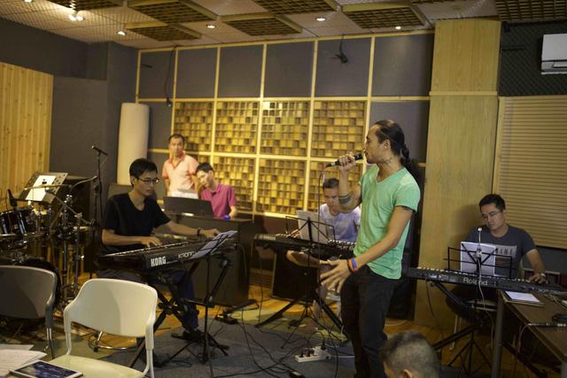 Trong đêm diễn tối nay, Phạm Anh Khoa sẽ thể hiện ca khúc Giấc mơ em kể của Hoàng Anh Tuấn; Hoà âm phối khí: Thanh Tâm