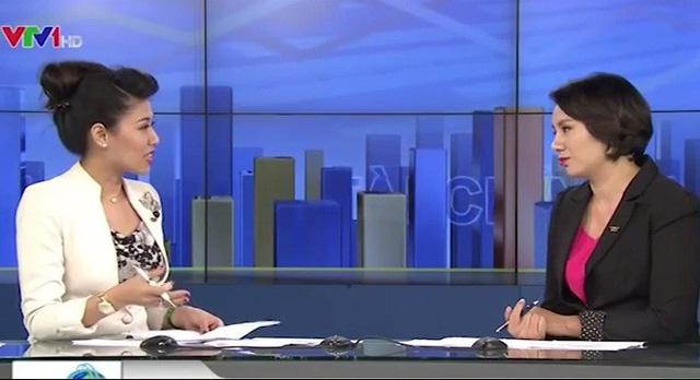 PV Bạch Hoàn chia sẻ quá trình tác nghiệp tại trường quay Bản tin kinh doanh tối 9/9 (Ảnh: VTV News)