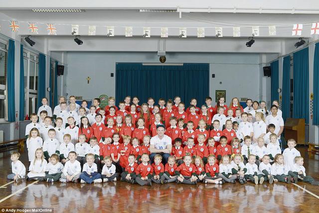 Rooney chụp ảnh tại trường tiểu học Our Lady and St Swithin với 99 cô bé, cậu bé.