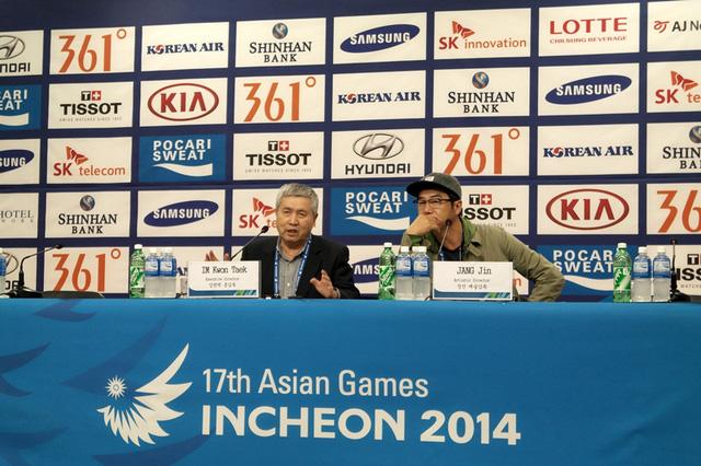 Hai đạo diễn Im Kwon Taek và Jang Jin trong buổi họp báo trước lễ bế mạc.