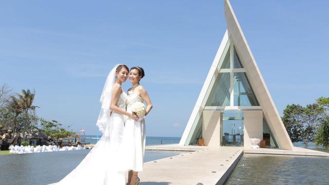 Trần Mẫn Chi (trái) tổ chức lễ cưới tại thiên đường Bali