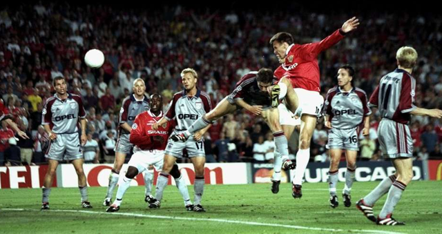 Teddy Sheringham san hòa tỷ số 1-1 cho Man Utd ở phút bù giờ thứ nhất.