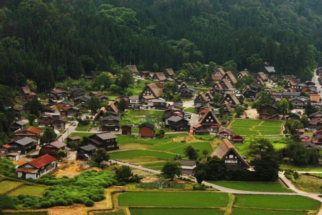 Shirikawa-go là một thị trấn ẩn khuất tại một vùng núi Nhật Bản.