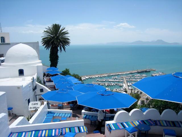 Hòa quyện tinh tế với màu trời xanh là một thị trấn nhỏ toàn màu trắng.