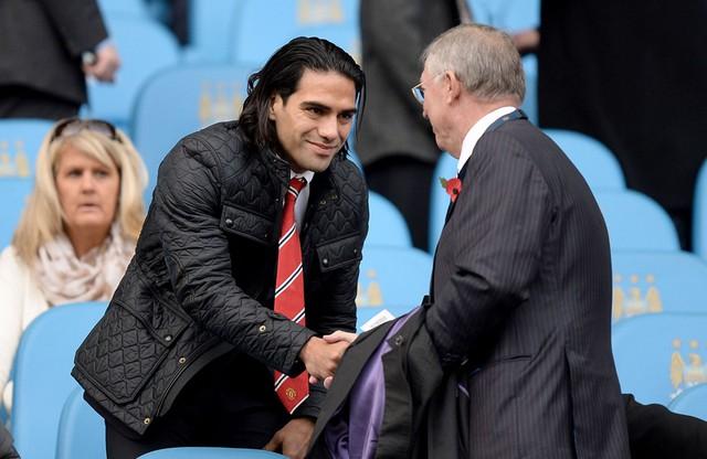 Trận cầu tâm điểm của vòng 10 là cuộc đọ sức giữa Man Utd và Man City tại Etihad. Trận đấu cũng có sự hiện diện của Sir Alex trên khán đài.