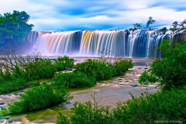 Du khách yêu thích khám phá thiên nhiên chắc chắn sẽ phải ngỡ ngàng khi lần đầu tiên được chiêm ngưỡng vẻ đẹp thơ mộng và bí ẩn của ngọn thác hùng vĩ nhất Tây Nguyên - thác Đray-nur, Đắk Lắk. (Tác giả: Đỗ Anh Tuấn)