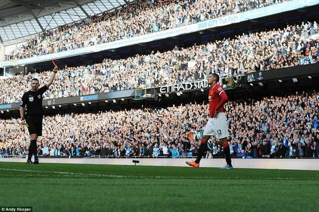 Man Utd chỉ còn 10 người trên sân khi Smalling nhận thẻ đỏ.
