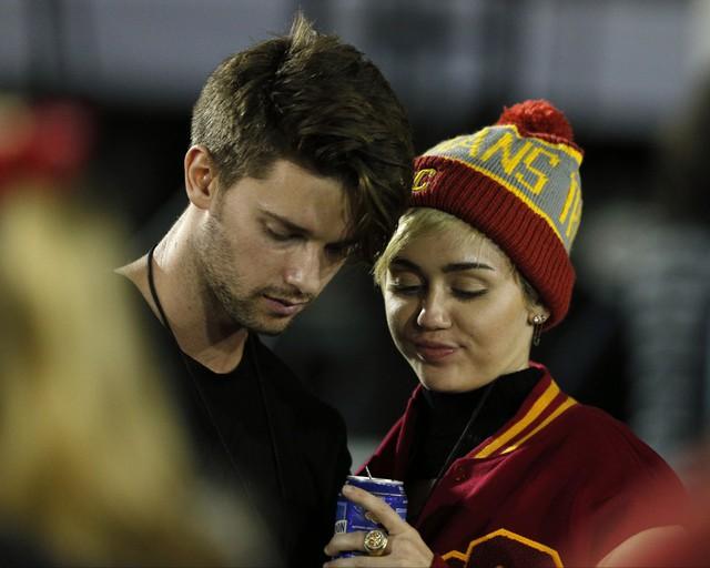 Mẹ Patrick luôn kịch liệt phản đối mối quan hệ của con trai và Miley Cyrus