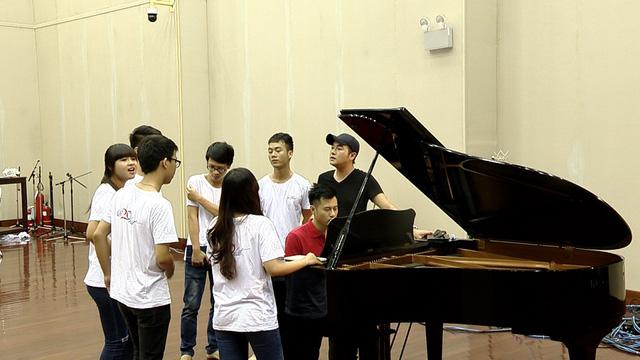HLV Minh Quân luyện tập tiếp mục tốp ca của trường ĐH Kinh tế Quốc dân